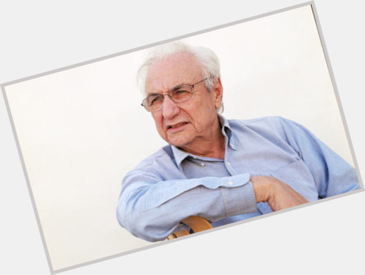 """<a href=""""/hot-men/frank-gehry/where-dating-news-photos"""">Frank Gehry</a> Average body,  grey hair & hairstyles"""