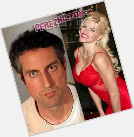 "<a href=""/hot-men/howard-k-smith/where-dating-news-photos"">Howard K Smith</a> Slim body,  grey hair & hairstyles"