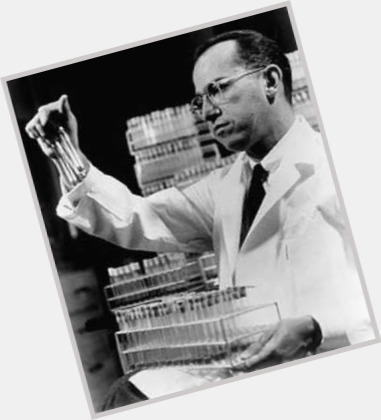 "<a href=""/hot-men/jonas-salk/where-dating-news-photos"">Jonas Salk</a> Average body,  dark brown hair & hairstyles"