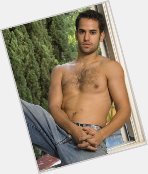 "<a href=""/hot-men/josh-warren/where-dating-news-photos"">Josh Warren</a> Average body,  light brown hair & hairstyles"