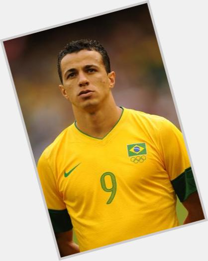 Leandro Damiao dark brown hair & hairstyles Athletic body,