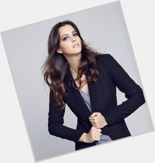 "<a href=""/hot-women/leyla-feray/where-dating-news-photos"">Leyla Feray</a> Average body,  dark brown hair & hairstyles"